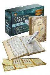 Kuran Okuyan Akser Kalem Kelime Kelime Okuma Kuşe Karton Kapak Ve Kuşe Karton Kapaklı Seccade Hediyeli Kalem Kuran
